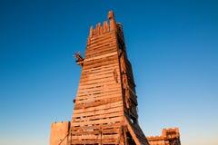 木钟楼或围困塔用于攻击城堡墙壁 免版税图库摄影