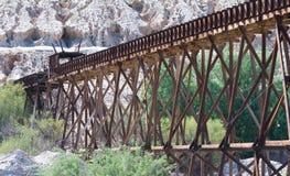 木铁路支架为对铜矿运输的使用 库存图片