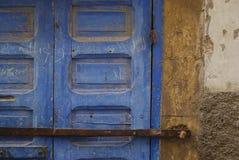 木锁着的蓝色门在摩洛哥 库存图片