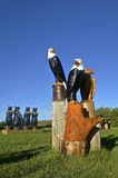木锯被雕刻的老鹰和熊 图库摄影