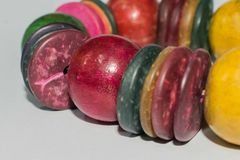 木镯子,多彩多姿的首饰手工制造与木小珠 免版税库存图片