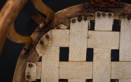 木镶嵌修理和室内装饰品的Resto老古色古香的胳膊椅子 库存图片