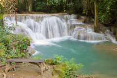 木长凳和瀑布在热带深森林里 免版税图库摄影