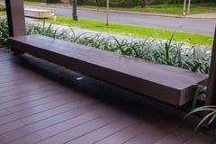 木长凳在庭院里 免版税库存图片