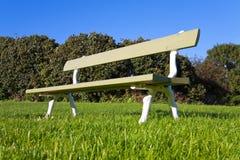 木长凳的公园 库存图片
