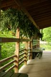 木长凳的大阳台 库存图片