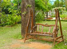 木长凳的庭院 库存图片