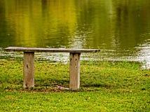木长凳的河 库存图片