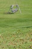 木长凳的草 免版税库存照片
