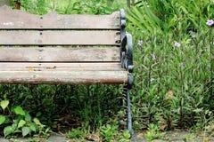 木长凳空的公园 库存图片
