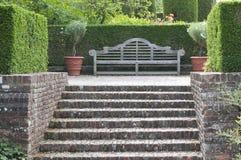 木长凳英国的庭院 图库摄影