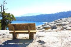 木长凳设置在太浩湖国家公园 免版税库存照片
