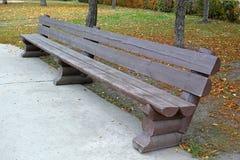 木长期的长凳 免版税库存照片
