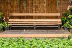 木长的长凳 免版税库存照片