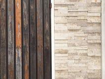 木门和砖墙是原处 免版税库存照片