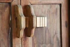木门和锁特写镜头视图  免版税图库摄影
