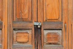 木门和锁 免版税库存照片