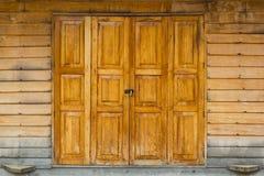 木门和门闩 免版税库存图片