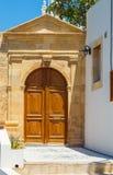 木门在传统希腊房子里在Lindos历史的村庄在罗得岛海岛上的 ?? ?? 免版税库存照片