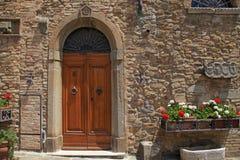 木门在老意大利房子,托斯卡纳,意大利里 免版税库存图片