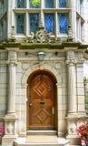 木门多彩多姿的窗口耶鲁大学纽黑文康涅狄格 库存照片