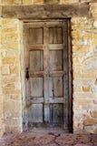 木门对破旧的石墙 库存照片