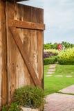 木门开放有草甸和蓝天的后面看法 免版税库存图片