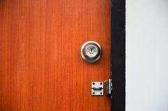 木门开锁了以挂锁、高力学范围和对比 免版税库存照片