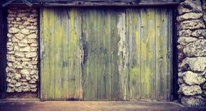 滑木门的老绿色 图库摄影