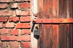 木门老的挂锁 免版税库存图片