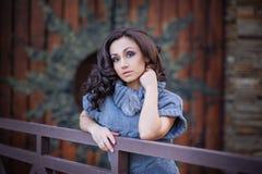 木门背景的美丽的女孩  库存照片