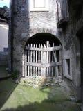 木门门道入口在意大利村庄 免版税图库摄影