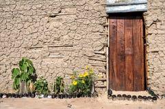木门,泥小屋,非洲 免版税图库摄影