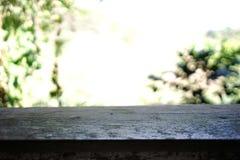 木阳台和Bokeh背景 库存图片
