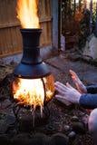 木阵营火夜 准备在外部的烤肉火 由开火供以人员坐和射击与木枝杈 加州 免版税库存图片