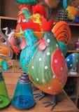 木雄鸡,纪念品在跳蚤市场上在斋浦尔,印度 免版税库存照片