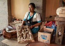 木雕刻师在Ubud 库存图片