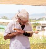 木雕刻师-参加者在骑士节日在戈伦公园删去了一把匙子在以色列 库存照片