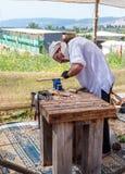 木雕刻师-参加者在骑士节日在戈伦公园删去了一把匙子在以色列 免版税库存照片