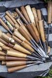 木雕刻的工具由与木把柄的钢制成 免版税库存图片