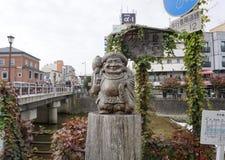 木雕塑在沿河的Miyagawa早晨市场上 库存照片