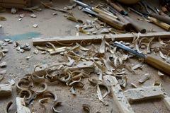 木雕家的不整洁工作场所 免版税图库摄影