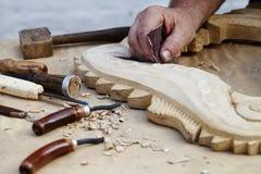 木雕刻、工具和处理工作特写镜头 免版税库存图片