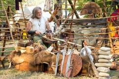 木雕刻师工匠剑保护凯尔特节日中世纪再制定 库存照片