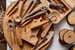 木雕刻师` s工作地点 库存照片