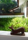 木露台的雕塑 免版税库存照片