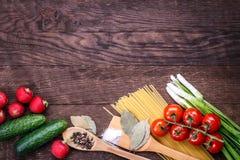 木静物画蕃茄黄瓜的葱 库存照片