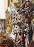 木面具绘与蜡染布样式手工制造工艺 免版税图库摄影
