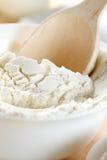木面粉的匙子 库存照片
