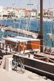 木风船在小游艇船坞 免版税库存图片